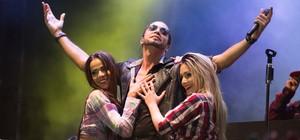 Latino e latinetes põem Barretos para dançar (Érico Andrade/G1)
