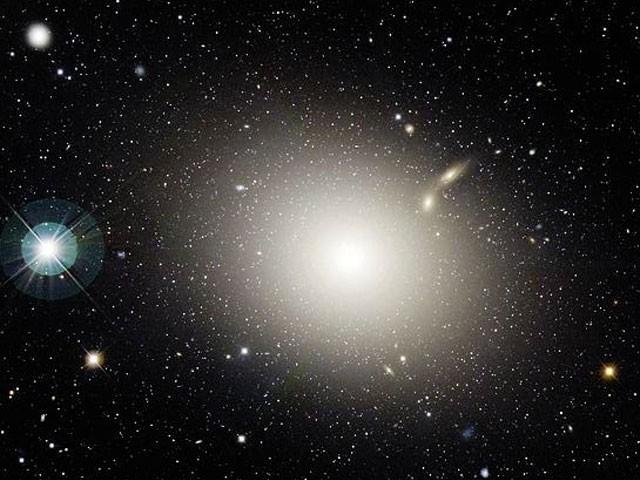 Galáxias elípticas têm o forma mais parecido com o oval. Esta é a Galáxia Elíptica M87 (Foto: Canada-France-Hawaii Telescope, J.-C. Cuillandre (CFHT), Coelumg)