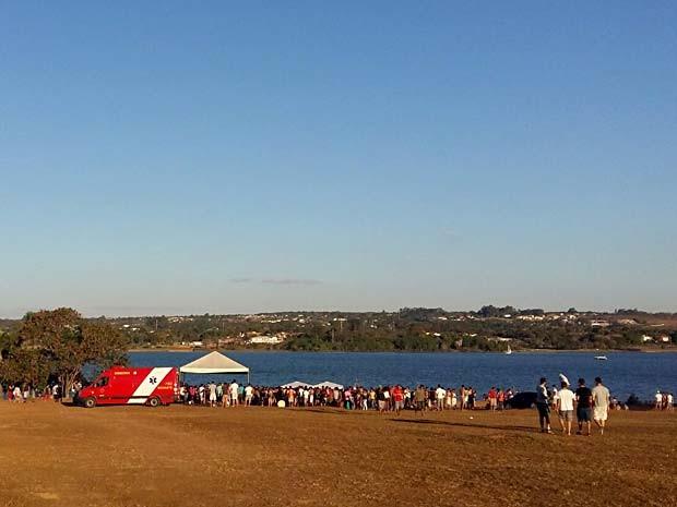 Grupo se confraterniza às margens do Lago Paranoá no primeiro fim de semana após o início da desocupação do espaço (Foto: Isabella Calzolari/G1)