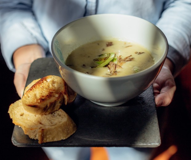 Veloute (sopa de batata com alho-poro e mix de cogumelos) (Foto:  Thais Bittar - Divulgação)