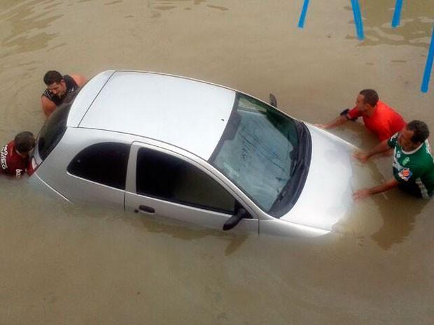 Carros ficaram presos em meio às ruas alagadas perto da lagoa de captação de São Conrado, na Zona Oeste (Foto: Pedro Rodrigues/G1)