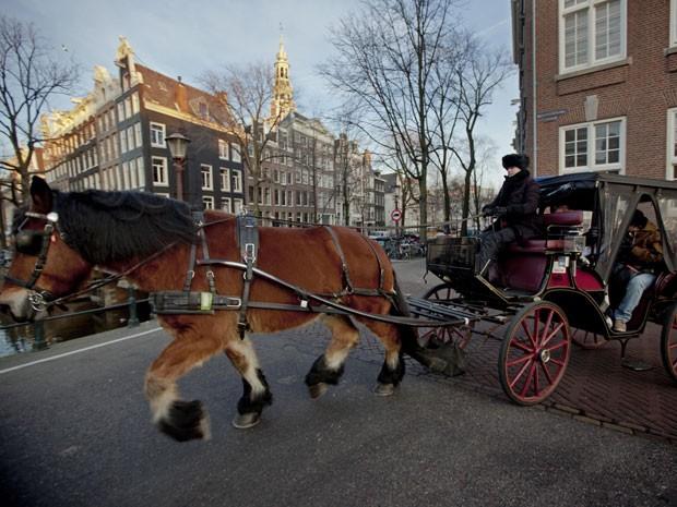 Charrete na beira de um dos canais de Amsterdã (Foto: Peter Dejong/AP Photo)