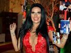 Solange Gomes abusa do decote em sua festa de aniversário