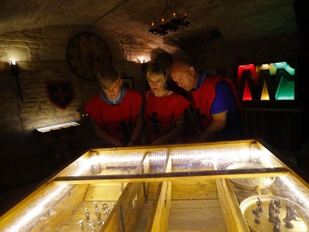 Equipe tenta resolver enigma na sala medieval do TRAP, jogo de fuga em Budapeste (Foto: Laszlo Balogh/Reuters)