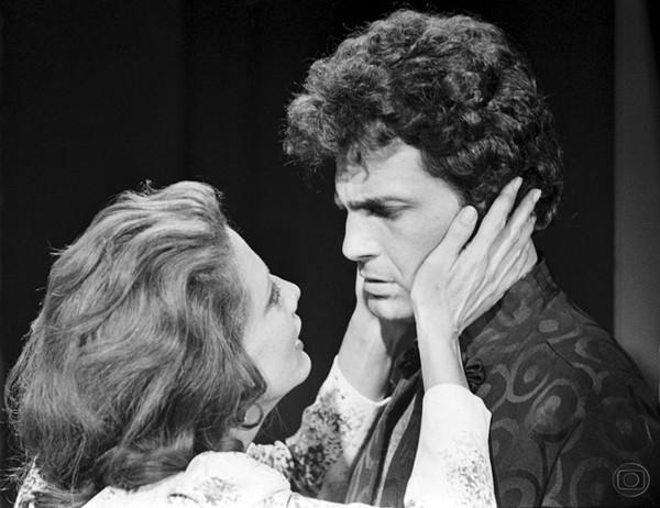 Debaixo dos caracóis de Hugo Leonardo (ou será Raul de Paula) com a mulher Glória Menezes na novela 'O Semideus', Janete Clair, 1973 (Foto: Divulgação)