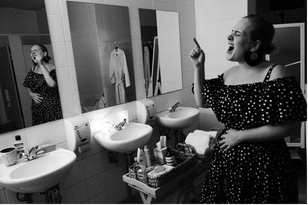 A cantora Adele com a mão na barriga (Foto: Instagram)