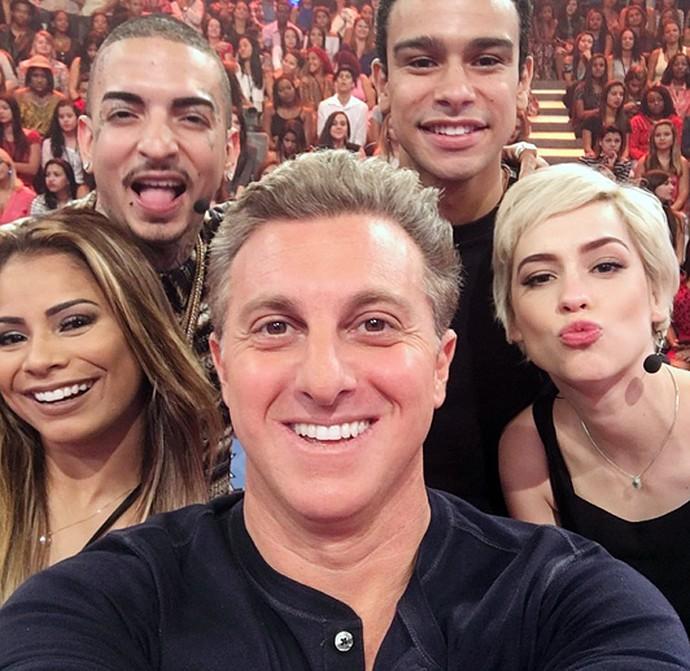 Luciano Huck registra selfie na gravação do 'Caldeirão' com Sophia Abrahão, Sérgio Malheiros, Lexa e Guimê (Foto: Arquivo Pessoal)