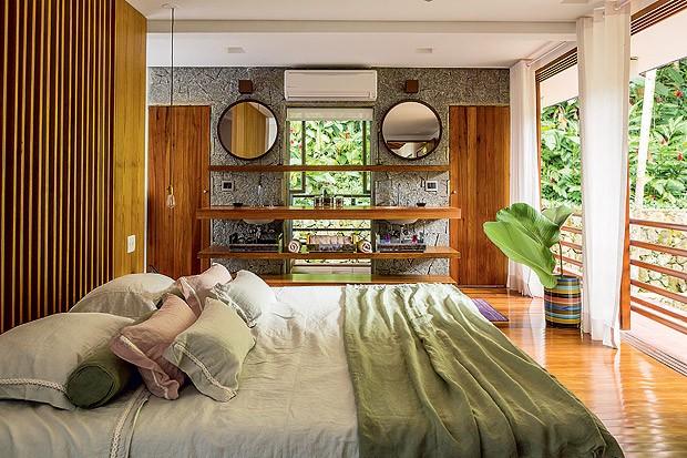 Quarto de casal | Modificada em relação ao projeto original, a suíte tem bancada dupla integrada à área de dormir (Foto: Edu Castello/Casa e Jardim)