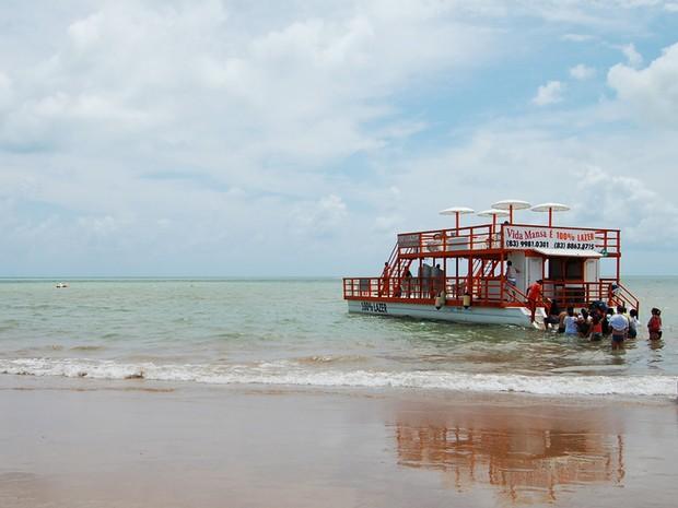 Barcos para Picãozinho saem da Praia de Tambaú, em João Pessoa (Foto: Krystine Carneiro/G1)
