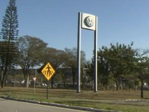 Fábrica da Volkswagen em Taubaté tem cerca de 4,9 mil trabalhadores (Foto: Reprodução / TV Vanguarda)