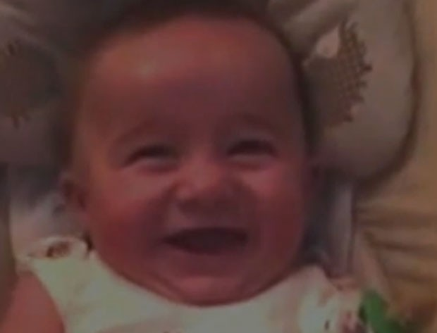 Bebê foi filmado rindo de forma sarcástica (Foto: Reprodução/YouTube/Mooonez)