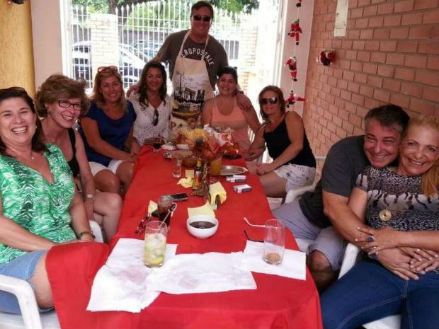 Grupo de adultos solteiros marca encontros através de rede social, em Campinas (SP) (Foto: Luiz Engler/ Arquivo pessoal)