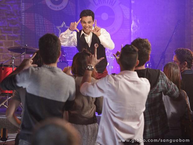 Filipinho arrasa na coreografia (Foto: Sangue Bom / TV Globo)