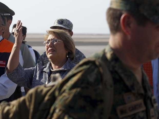 A presidente do Chile, Michelle Bachelet, desembarca no aeroporto de Arica. Ela também sentiu o tremor de magnitude 7,8 desta quarta-feira (2). (Foto: Luis Hidalgo / Pool / AFP Photo)