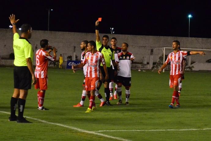 Campinense x Auto Esporte, expulsão de Neto (Foto: Juliana Bandeira/GloboEsporte.com/pb)