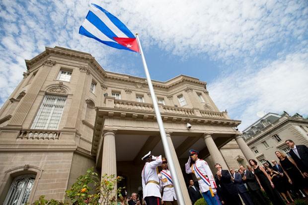 O ministro das Relações Exteriores de Cuba, Bruno Rodriguez, iça a bandeira do país na embaixada em Washington, nos EUA, nesta segunda-feira (20) (Foto: Andrew Harnik/AP)