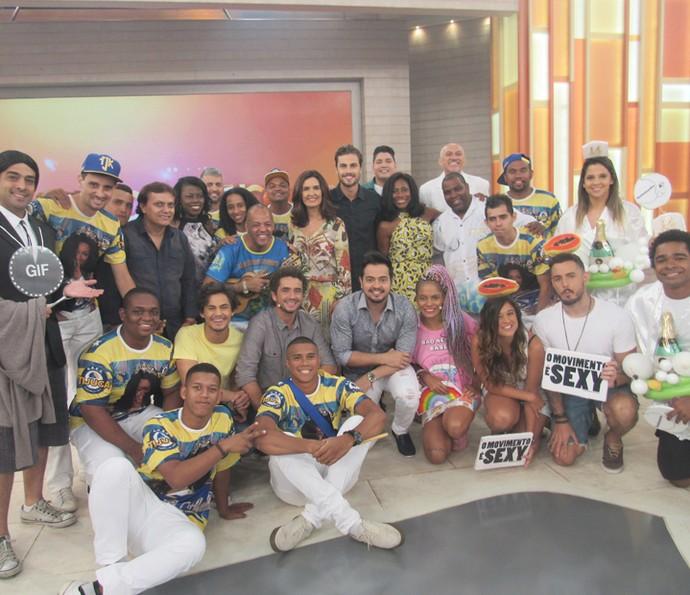 Convidados posam para foto ao lado de Fátima Bernardes (Foto: Priscilla Massena/Gshow)