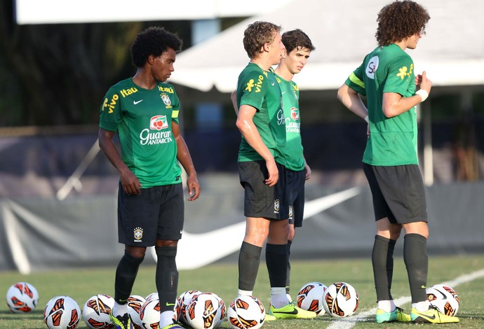 Willian treino Seleção (Foto: Mowa Press)