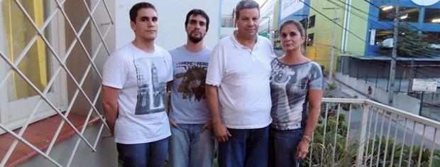 Lucio e Carlo distribuíram água a sobrevivente do incêndio. À direita, o engenheiro Glenio e a professora Marta (Foto: Felipe Truda/G1)