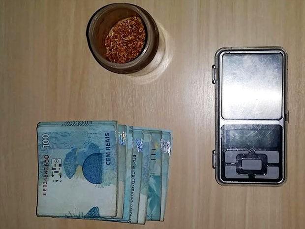 Homem foi preso em táxi com ouro e dinheiro ao sair de garimpo ilegal em Pontes e Lacerda (Foto: Divulgação/Polícia Federal de MT)