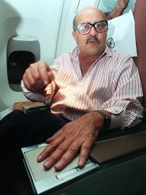 Foto de PC Farias em dezembro de 1993, no avião em que voltava Brasil, escoltado pela Polícia Federal, depois de ser preso na Tailândia (Foto: Ormuzd Alves/Folhapress)