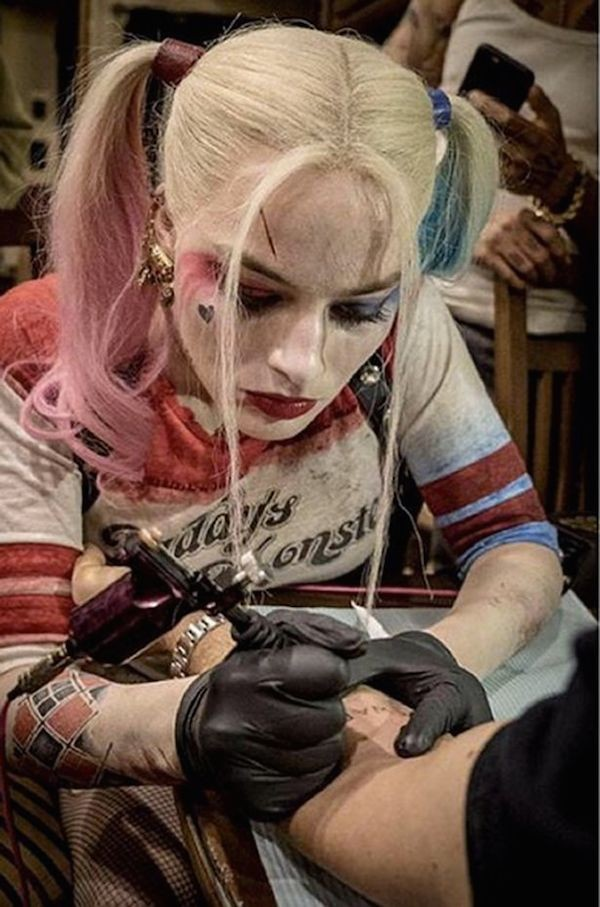 A atriz margot Robbie tatuando o diretor David Ayer no set de 'Esquadrão Suicida' (2016) (Foto: Instagram)