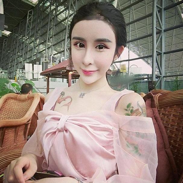Aparência exótica de adolescente de 15 anos causa polêmica na China