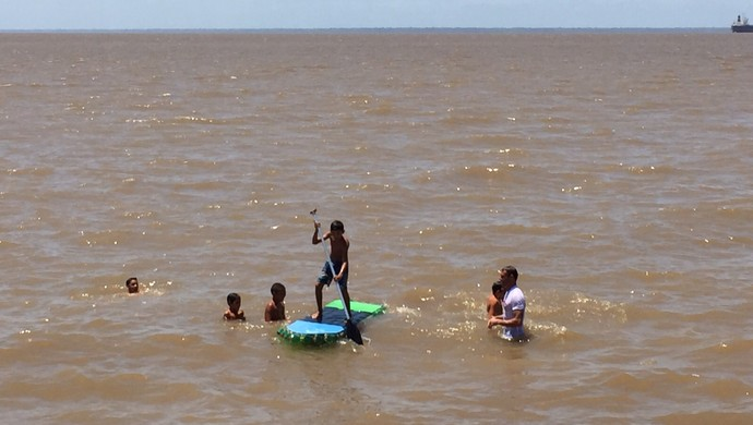 Comunidade aprende a construir pranchas de garrafas PET e se divertem remando no Rio Amazonas (Foto: Karol Aood/GE-AP)