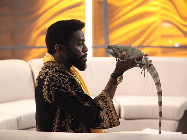 O guru e sua iguana de estimação, Miss Teria (Foto: Parker TV)