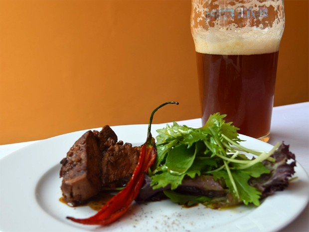 O filé mignon ao gergelim e a cerveja ESB Bad Moose fazem uma boa combinação (Foto: Taiga Cazarine/G1)