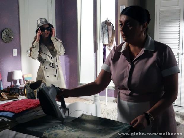 Flaviana chega com disfarces de espiã e aciona Soraia para ajudá-la a roubar a cueca de Martin (Foto: Malhação/ TV Globo)
