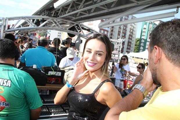 Letícia, ex-bbb, no trio de Alinne Rosa, em Salvador (Foto: Dilson Silva,Wesley Costa e Vinicios Eduardo / Agnews)