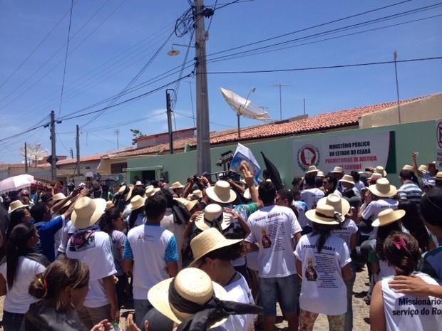 Prefeitura e romeiso protestam em Canindé por causa de apreensão de paus de arara com destino à festa de São Francisco (Foto: ceará, fortaleza)