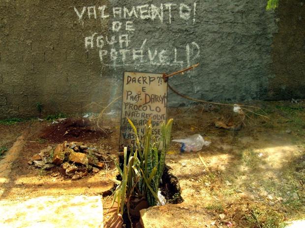 Segundo moradora vazamento dura cerca de seis meses (Foto: Elza Lacerda/ VC no G1)