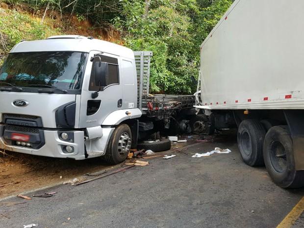 Além dos dois caminhões, carro também está envolvido em acidente na BR-101 (Foto: Informativo Camacan )