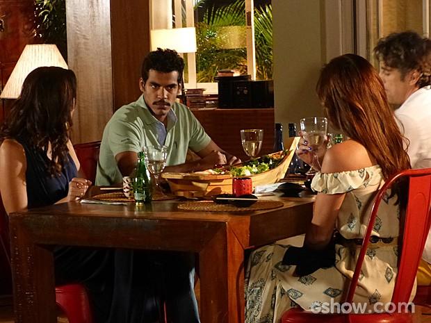 Jairo não se sente bem com a sofisticação do jantar japonês (Foto: Em Família/TV Globo)