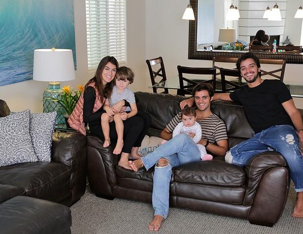 Felipe Simas com a mulher, Mariana Uhlmann, os filhos, Maria e Joaquim, e o irmão, Rodrigo Simas (Foto: Pablo Grosby)