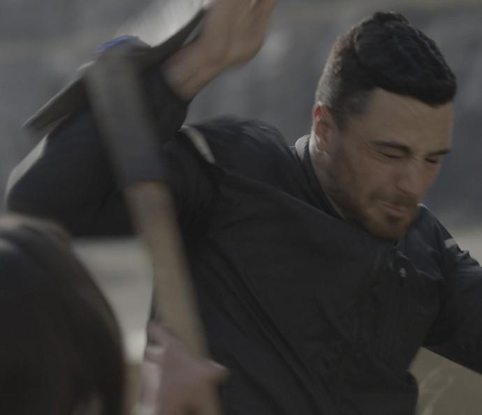Lu tenta bater em Samurai, mas ele revida (Foto: TV Globo)
