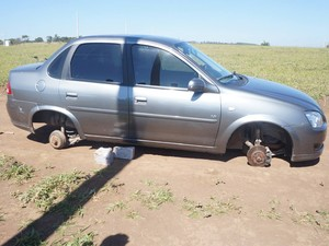 Carro foi roubado em Divinópolis e abandonado em Carmo da Mata (Foto: Thiago Goes/Jornal A Notícia)