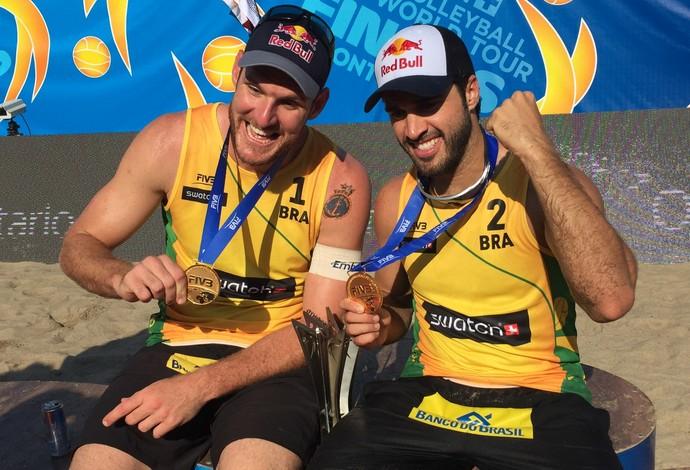 Alison e Bruno conquistaram a medalha de ouro no Finals de vôlei de praia (Foto: Divulgação/FIVB)