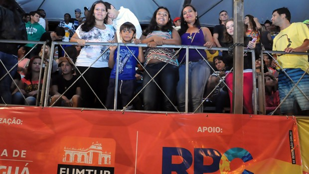 Michele Silva, de Paranaguá, veio aproveita o desfile com a família (Foto: Roger Santmor/RPC)
