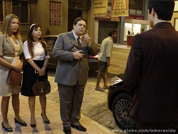 Félix fica assustado ao reencontrar dono do bar onde Paloma deu à luz (Foto: Amor à Vida / TV Globo)