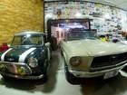 Lojas de carros antigos têm marcas variadas, financiamento e até bar