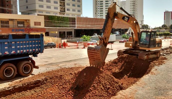 Obra em frente ao hotel da Fifa em Cuiabá (Foto: Robson Boamorte)