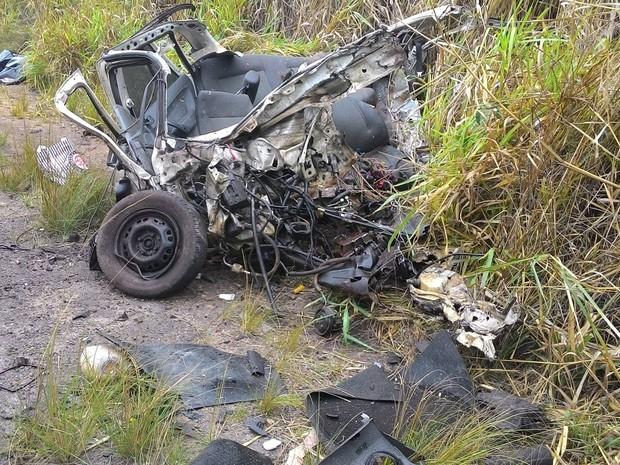 Veículo Gol ficou irreconhecível após colisão com carreta (Foto: Nelson Barros/Jornal Dois Estados)