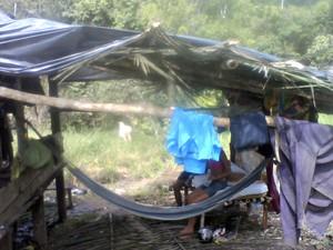 Alojamentos eram improvisados durante a colheita da castanha  (Foto: Arquivo MPT/MTE)