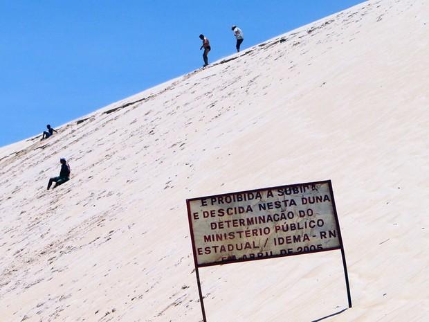 Nativos e turistas desrespeitam determinação de não subir ou descer nas dunas de Jenipabu, no RN (Foto: Ricardo Araújo/G1)
