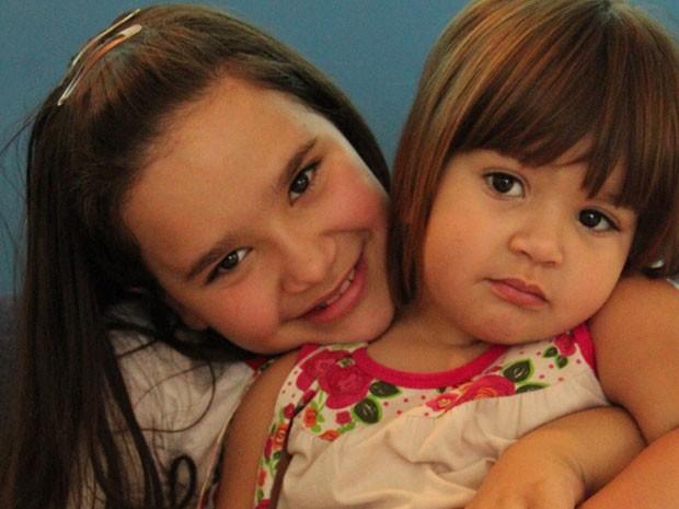 Michaela, 9 anos e Rebeca, 2 anos já enfrentam luta contra balança (Foto: Jéssica Balbino/ G1)
