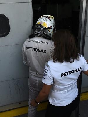 Lewis Hamilton voltou para a garagem da Mercedes desolado após abandonar GP da Malásia