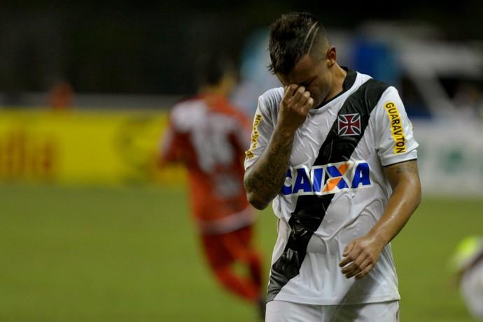 Vasco x Rio Branco - Bernardo sai chorando (Foto: Marcello Dias/Futura Press)